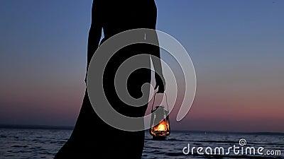Osamotniona kobieta w Smokingowym mienie nafty lampionie i Patrzeć zmierzchu nieba tło zdjęcie wideo