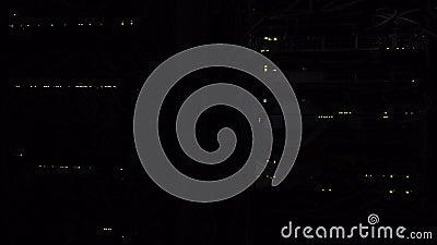 Oscuridad en el cuarto del servidor Lámpara verde LED del servidor que destella Interruptor de Ethernet de la red Luces que dest metrajes