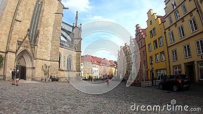 Osnabrück/Allemagne - Octobre 2019 : L'église Sainte-Marie et le marché historique dans la partie historique d'Osnabrück, Allemag clips vidéos