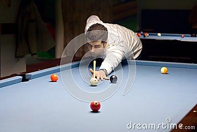Osoba grać snookerów young