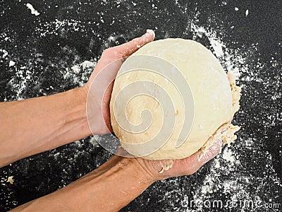 Osoba trzyma ciasto po proofing