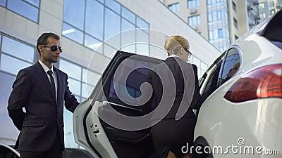 Osobisty kierowcy spotkanie i otwarcia samochodowy drzwi dla dama szefa, ochroniarzów obowiązki zdjęcie wideo