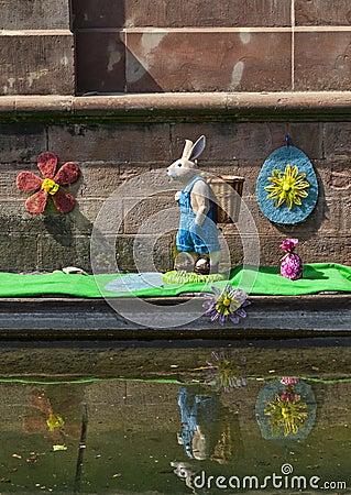 Ostern-Dekoration auf einem Kanal in Colmar Redaktionelles Stockfotografie