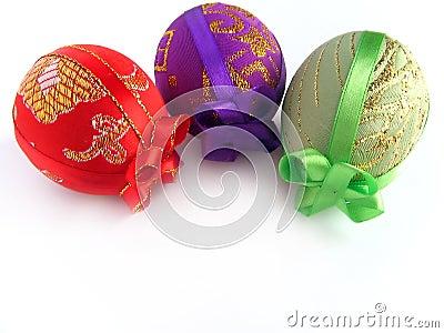 Ostern malte Ei oben gebunden durch Bänder 2
