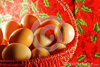 Ostern: viele einfachen Eier im dekorativen Korb