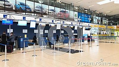 OSTRAVA TJECKIEN - JANUARI 25 2019: Flygplatspersonal framme av korridoren med folk under incheckningen, Ostrava flygplats, Mosno stock video