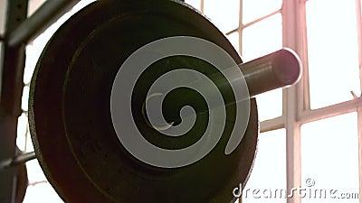 Ostrość na ciężkim barbell w crossfit gym zdjęcie wideo