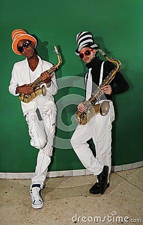 Ostry muzyków graczów saxo