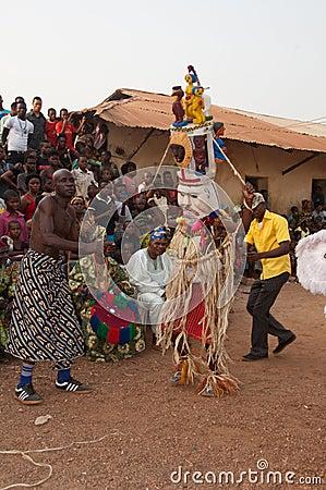 Otuo年龄层节日-化妆舞会在尼日利亚 编辑类库存照片