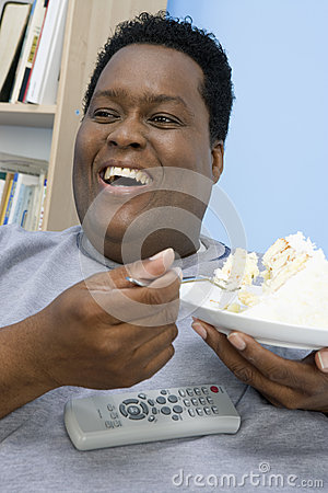 Otyły mężczyzna łasowania tort