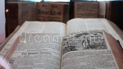 Oud boek, hoge hoek, wijsheid, bibliotheek stock footage