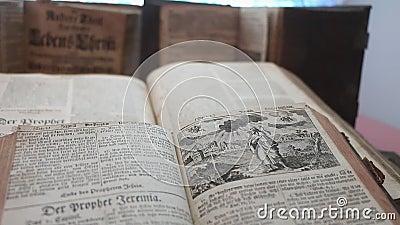 Oud boek, uitzicht vanuit hoge hoek, wijsheid, bibliotheek stock videobeelden