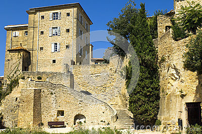 Huizen op rotsen, gebied van Luberon, Frankrijk worden gebouwd dat