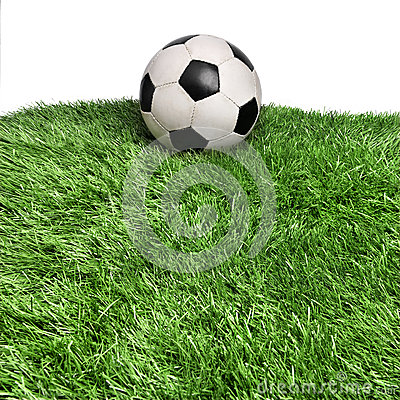 Oude bal op grasgebied