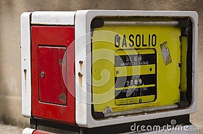 Oude benzinepomp in Sardinige