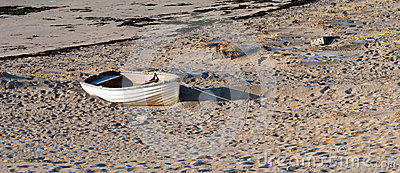 Oude boot op een kust