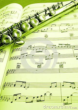 Oude fluit en muziekscore