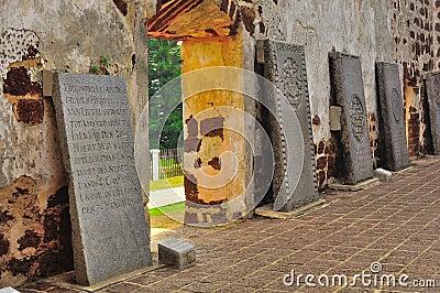 Oude grafstenen bij kerkruïnes