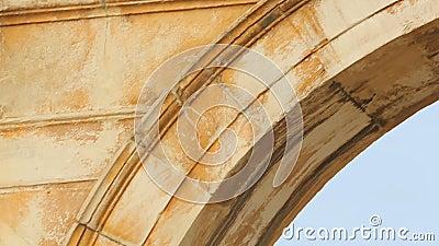Oude Griekse die inschrijving op Boog van Hadrian van Pentelic-marmer in Athene wordt gemaakt stock footage