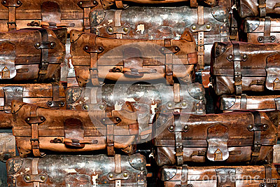 Oude koffers in een stapel