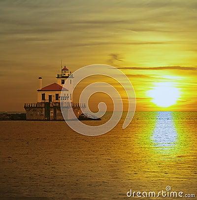 Oude lighthose en zonsondergang