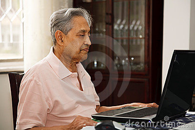 Oude mens die Internet gebruikt