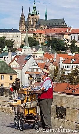 Oude mens met kasteel op achtergrond Redactionele Stock Afbeelding