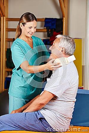 Oude mens met kemphaanhals bij