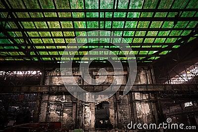 Oude, metallurgische firma die op een vernieling wachten