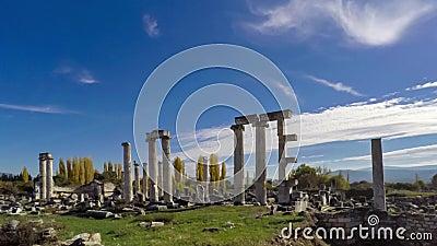 Oude ruïnes van Aphrodisias, de Tempel van Aphrodite met bewolkte hemel op de achtergrond Tijdtijdspanne, 4k stock video