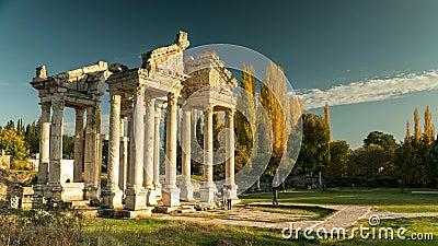 Oude ruïnes van Aphrodisias Tetrapylon was de monumentale poort van de Tempel van Aphrodite Tijdtijdspanne, 4k stock footage