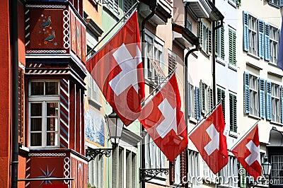 Oude straat in Zürich dat met vlaggen wordt verfraaid