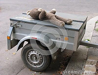 Oude teddy op aanhangwagen