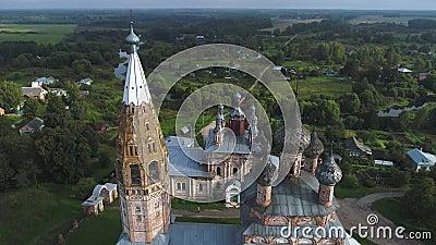 Oude tempels van het dorp Parskoe luchtvideo Regio Ivanovo, Rusland stock footage