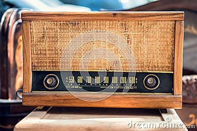 Oude uitstekende radio