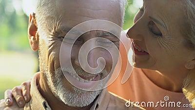 Oude vrouw die aan de mens uit achter komen, en gelukkig paar die, liefde koesteren glimlachen stock videobeelden