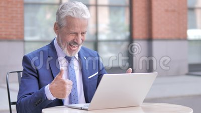 Oude Zakenman Celebrating Success op Openlucht Laptop, stock videobeelden
