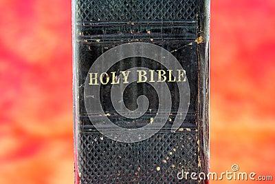 Oude zwarte Bijbel in hel