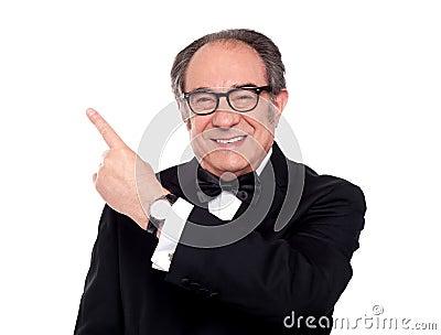Oudere mens die naar omhoog richt. Het ruimtegebied van het exemplaar