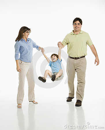 Ouders die zoon slingeren.