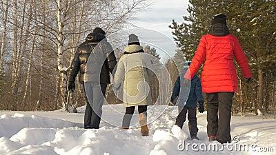 Ouderschap, manier, seizoen en mensenconcept - gelukkige familie met kind die in de winterkleren in openlucht lopen stock video