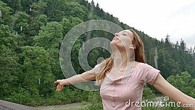 Outdoor-Portrait von jungen sinnlich glücklichen Mädchen, die den Regen ohne Schirm auf dem Berg mit grüngrünem Grün genießt stock video footage