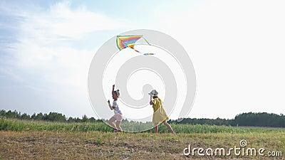 Outdoor-Spiel, schöne kleine Mädchen verbringen aktiv Zeit im Freien spielen mit Drachen in Waldverglasung während des Landes stock video footage