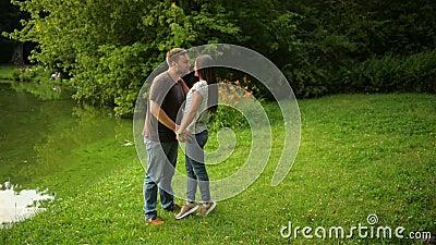 Outdoors портрет симпатичных пар целуя на городе паркует Женщина и человек в влюбленности снаружи сток-видео