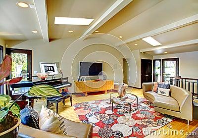 Ouvrez le salon intérieur à la maison de luxe moderne avec le piano.