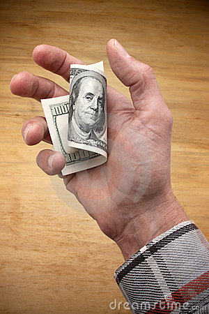 Ouvrier retenant cents dollars