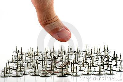 Ovanför teckning pins fingret halstumen