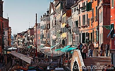 Overvolle Venetiaanse Straat Redactionele Stock Afbeelding