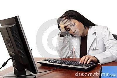 Overwerkte vermoeide arts bij computer
