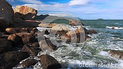 Overzeese branding Golven die op de rotsen en de klippen breken Nha Trang, Vietnam stock footage